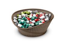 Kleurrijke capsules met vitaminen en mineralen in de mand, 3d Illustratie Stock Foto