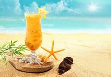 Kleurrijke carambola en oranje cocktail Stock Afbeelding