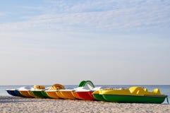 Kleurrijke catamarans dichtbij de overzeese kust op een verlaten strand bij dageraad horizontaal Conceptentoerisme, vakantie door stock foto's