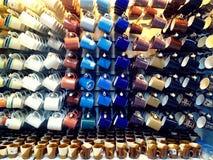Kleurrijke ceramische koffiemokken en koppen Stock Foto's