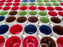 Kleurrijke ceramische kopachtergrond in pakhuis Stock Foto