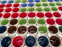 Kleurrijke ceramische kopachtergrond in pakhuis Stock Afbeelding