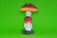 Kleurrijke ceramische paddestoel die op groene achtergrond wordt geïsoleerd Royalty-vrije Stock Afbeeldingen