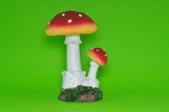 Kleurrijke ceramische paddestoel die op groene achtergrond wordt geïsoleerd Stock Fotografie