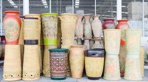Kleurrijke ceramische potten Stock Foto