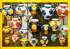 Kleurrijke ceramische potten Royalty-vrije Stock Afbeeldingen