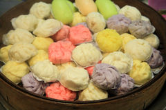 Kleurrijke Chinese broodjes of bollen in bamboestoomboot royalty-vrije stock foto's