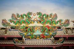 Kleurrijke Chinese draakstandbeelden op dak in Chinese tempel ruggegraat Stock Foto