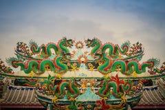 Kleurrijke Chinese draakstandbeelden op dak in Chinese tempel ruggegraat Royalty-vrije Stock Afbeeldingen