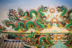 Kleurrijke Chinese draakstandbeelden op dak in Chinese tempel ruggegraat Stock Fotografie