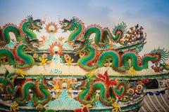 Kleurrijke Chinese draakstandbeelden op dak in Chinese tempel ruggegraat Royalty-vrije Stock Foto's