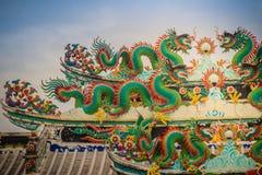 Kleurrijke Chinese draakstandbeelden op dak in Chinese tempel ruggegraat Royalty-vrije Stock Foto