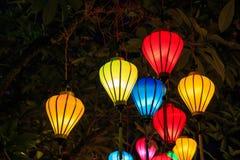 Kleurrijke Chinese lantaarns die op de boom bij nacht hangen Phu Quoc, Vietnam stock fotografie