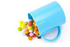 Kleurrijke chocolade en mok Stock Foto's