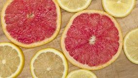 Kleurrijke citrusvruchten - citroen, grapefruit - plakkenachtergrond Stock Foto's