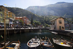 Kleurrijke cityscape, Torbole, Italië Stock Fotografie