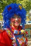 Kleurrijke clownglimlachen voor camera Stock Fotografie