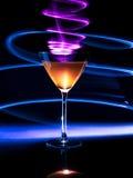 Kleurrijke cocktail in glas met lichteffecten voor donkere achtergrond Royalty-vrije Stock Foto's
