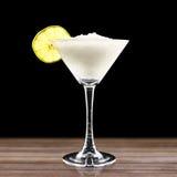 Kleurrijke cocktail op de zwarte achtergrond Royalty-vrije Stock Afbeeldingen