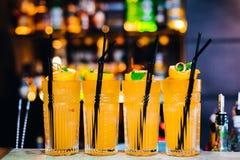 Kleurrijke cocktails op bar Royalty-vrije Stock Afbeelding