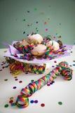 Kleurrijke confettien die op Berliner doughnuts van Pfannkuchen vliegen Krapfen om Carnaval of de vooravond van nieuwe yearte v stock fotografie