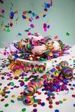 Kleurrijke confettien die op Berliner doughnuts van Pfannkuchen vliegen Krapfen om Carnaval of de vooravond van nieuwe yearte v stock foto