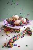 Kleurrijke confettien die op Berliner doughnuts van Pfannkuchen vliegen Krapfen om Carnaval of de vooravond van nieuwe yearte v royalty-vrije stock afbeelding
