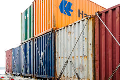 Kleurrijke containers op een containerschip Royalty-vrije Stock Afbeeldingen