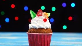 Kleurrijke cupcake met aardbei stock videobeelden