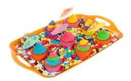 Kleurrijke cupcakes op een dienblad Stock Fotografie