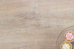 Kleurrijke cupcakes op een houten lijstachtergrond Royalty-vrije Stock Afbeeldingen