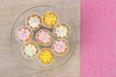 Kleurrijke cupcakes op een houten lijstachtergrond Stock Foto