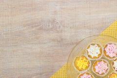 Kleurrijke cupcakes op een houten lijstachtergrond Stock Fotografie