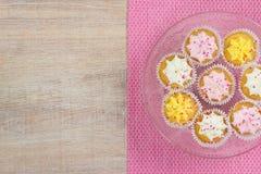 Kleurrijke cupcakes op een houten lijstachtergrond Stock Foto's