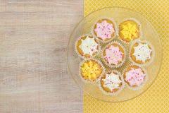 Kleurrijke cupcakes op een houten lijstachtergrond Royalty-vrije Stock Afbeelding