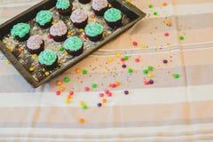 Kleurrijke cupcakes zijn op het dienblad Royalty-vrije Stock Afbeelding