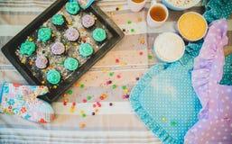 Kleurrijke cupcakes zijn op het dienblad Stock Afbeeldingen