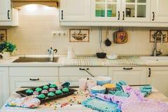 Kleurrijke cupcakes zijn op het dienblad Royalty-vrije Stock Foto