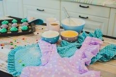 Kleurrijke cupcakes zijn op het dienblad Stock Afbeelding