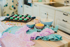Kleurrijke cupcakes zijn op het dienblad Royalty-vrije Stock Fotografie