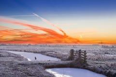 Kleurrijke dageraad over een de winterlandschap stock fotografie