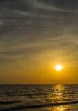 Kleurrijke dageraad over het overzees De samenstelling van de aard Stock Afbeeldingen