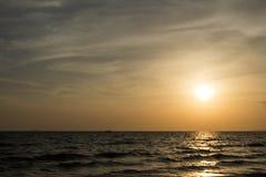 Kleurrijke dageraad over het overzees De samenstelling van de aard Stock Foto