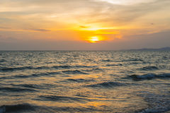 Kleurrijke dageraad over het overzees De samenstelling van de aard Stock Foto's