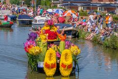 Kleurrijke dansende meisjes op een mooie verfraaide boot die aan t golven royalty-vrije stock afbeeldingen