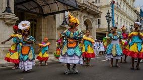 Kleurrijke dansers in de straat in Havana, Cuba Stock Afbeelding