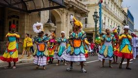 Kleurrijke dansers in de straat in Havana, Cuba Royalty-vrije Stock Afbeelding