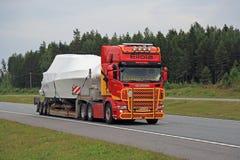 Kleurrijke de Afstandenboot van Scania R560 langs Autosnelweg Royalty-vrije Stock Afbeelding