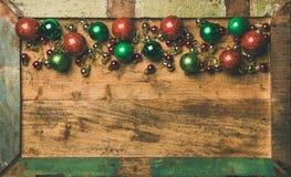 Kleurrijke de decoratieballen van de Kerstmisboom op houten dienbladachtergrond stock afbeelding