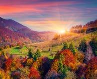 Kleurrijke de herfstochtend in bergdorp Royalty-vrije Stock Afbeelding
